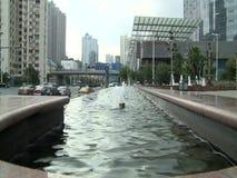 Folk, trafik och arkitektur av den Shanghai staden lager videofilmer