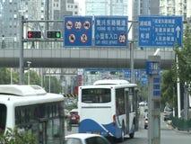 Folk, trafik och arkitektur av den Shanghai staden arkivfilmer