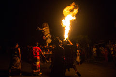 Folk under berömmen av Nyepi - dag av tystnad, fastan och meditationen för balinesen Royaltyfri Foto