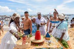 Folk under berömmen av Yemanja på Salvador Bahia på Brasilien arkivfoto