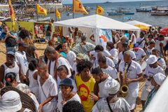 Folk under berömmen av Yemanja på Salvador Bahia på Brasilien royaltyfri foto