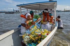 Folk under berömmen av Yemanja på Salvador Bahia på Brasilien royaltyfri bild