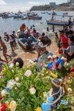 Folk under berömmen av Yemanja på Salvador Bahia på Brasilien arkivbilder