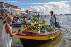 Folk under berömmen av Yemanja på Salvador Bahia på Brasilien arkivfoton