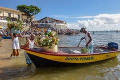 Folk under berömmen av Yemanja på Salvador Bahia på Brasilien royaltyfri fotografi