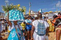 Folk under berömmen av Yemanja på Salvador Bahia på Brasilien royaltyfria bilder