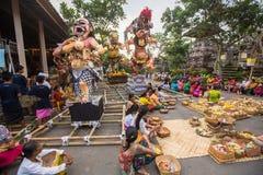 Folk under berömmen för Nyepi - Balinesedag av tystnad Dagen Nyepi firas också som nytt år Royaltyfri Fotografi