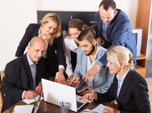 Folk under konferenssamtal inomhus arkivfoton