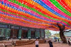 Folk under pappers- lyktor på den Jogyesa templet Arkivfoto