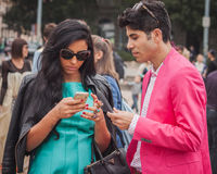 Folk utanför Cavalli modeshower som bygger för Milans Womens modeveckan 2014 Royaltyfria Bilder