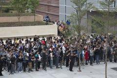 Folk utanför det Apple lagret Shenzhen Arkivbilder