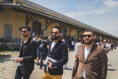 Folk utanför Gucci modeshowbyggnad för Milans Mens Fashi fotografering för bildbyråer