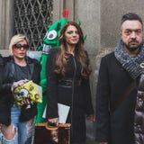 Folk utanför John Richmond modeshowbyggnad för Milans Mens modeveckan 2015 royaltyfria foton