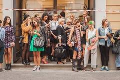 Folk utanför Missoni modeshower som bygger för Milans Womens modeveckan 2014 Arkivbilder