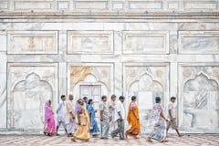 Folk utanför Taj Mahal, Agra, Indien Royaltyfri Fotografi