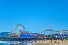Folk vid pir av den Santa Monica stranden Royaltyfri Bild