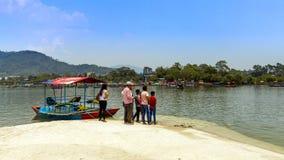 Folk Weiting för fartyg i Tal Barahi Temple Boat Bay Pokhara royaltyfri fotografi