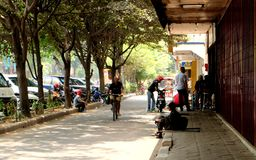 Folkaktivitet på dagsljus i solo stads huvudvägen Arkivfoto