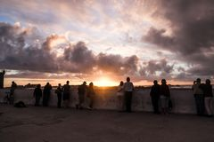 Folkanseende på Skala de la Ville till den hållande ögonen på solnedgången fotografering för bildbyråer