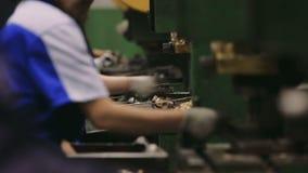 Folkarbete i en fabrik Manuell enhet av delar i företaget lager videofilmer