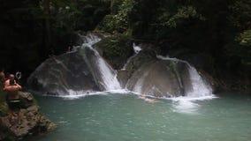 Folkbad i den Erawan vattenfallet stock video