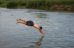 Folkbad i floden Arkivfoton
