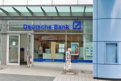 FolkbesökDeutsche Bank Markisches Zentrum shoppinggalleria berlin germany Royaltyfri Bild