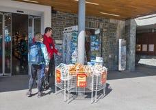 Folkbesöksouvenir shoppar av den Grossglockner Pasterze glaciären i Österrike Royaltyfria Foton