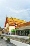 FolkbesökTempel område Phra Maha Arkivfoto