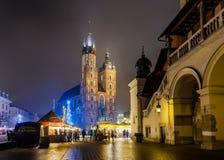 Folkbesökjul marknadsför på den huvudsakliga fyrkanten i gammal stad Royaltyfri Bild