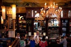 Folkbeställningsdrinkar på baren Arkivfoto