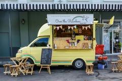 Folkbeställningsmål från matlastbilar på matlastbilmässan i Bangkok Arkivfoto