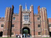 Folkblick på ingången till Hampton Court Palace Royaltyfri Bild