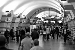 Folkbrådska vid gångtunnelen Royaltyfria Bilder