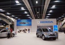 Folkcheck-upbilar på det Honda båset Royaltyfria Foton