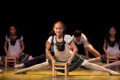Folkdans: blyg systerläsning Fotografering för Bildbyråer