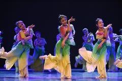 Folkdans för blommaleende-medborgare Arkivbild