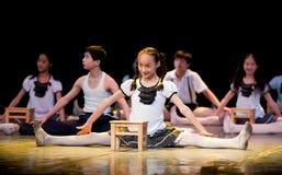 Folkdans: försiktig läsning Arkivbild