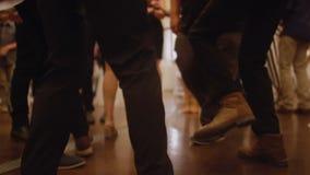 Folkdans i dansgolvet stock video