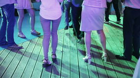 Folkdans i nattklubb arkivfilmer