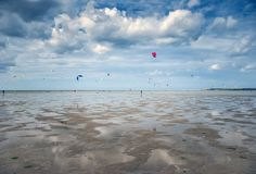 Folkdrake som surfar på stranden royaltyfri fotografi