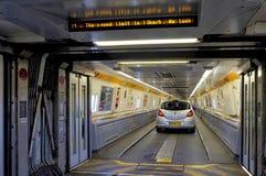 FOLKESTONE, ANGLETERRE, LE 7 MAI 2016 : Portes se reliantes entre les chariots sur l'euro train de tunnel de Coquelles, France ve Photographie stock libre de droits