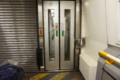 FOLKESTONE, ANGLIA, MAJ 07 2016: Złączeni drzwi między frachtami na Euro tunelu pociągu od Coquelles, Francja Folkestone Zdjęcie Stock