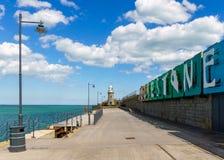 Folkestone hamn, fyr och tecken in sommaren fotografering för bildbyråer