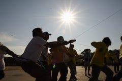 Folket är handtag som repet i drakekonkurrens på Sanamluang parkerar på 1 April 2007 Arkivbild
