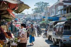 Folket är inflyttningen den Mandalay marknaden Royaltyfria Bilder