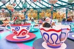 Folket är på karusellen i Disneylanden Paris france Arkivfoton