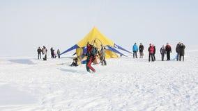 Folket är paragliding på sjön. arkivfilmer