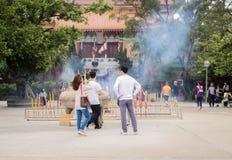 Folket är tycker om på Nong knackar byn på 29 mars, 2019 arkivbild