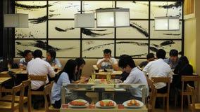 Folket äter middag i en restaurang Arkivbild